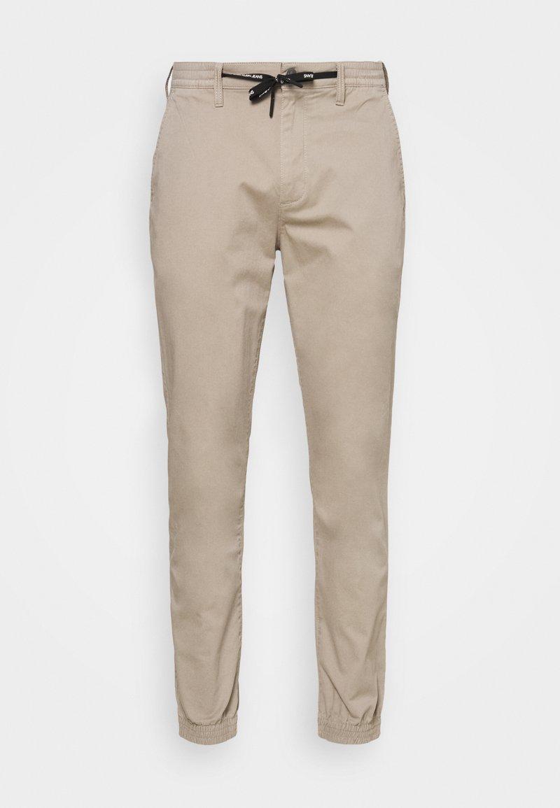 Calvin Klein Jeans - ESSENTIAL CUFFED CHINO - Chinos - string