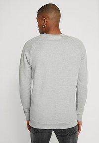 adidas Originals - ESSENTIAL CREW UNISEX - Mikina - medium grey heather - 2