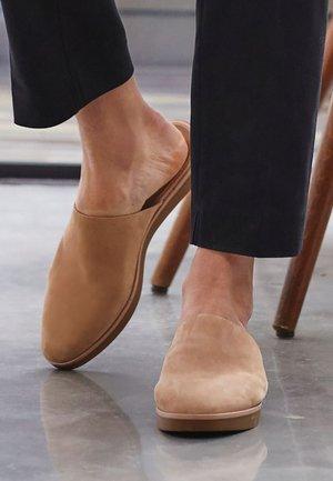 Slippers - camel