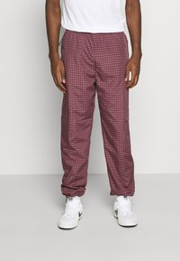 Carhartt WIP - ALISTAIR PANT - Tracksuit bottoms - black/etna red - 0