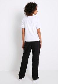 Vans - WM JUNIOR V BOXY - Print T-shirt - white - 2