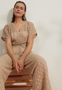 OYSHO - Spodnie materiałowe - beige - 3