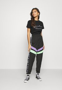 Karl Kani - SIGNATURE TEE - T-shirt con stampa - black - 1