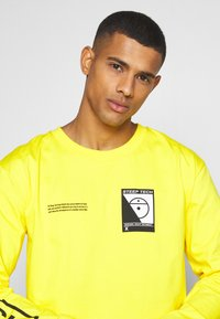 The North Face - STEEP TECH TEE UNISEX - Long sleeved top - lightning yellow - 3
