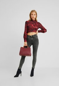Hope & Ivy Petite - HIGH NECK BLOUSE - Blouse - red floral - 1