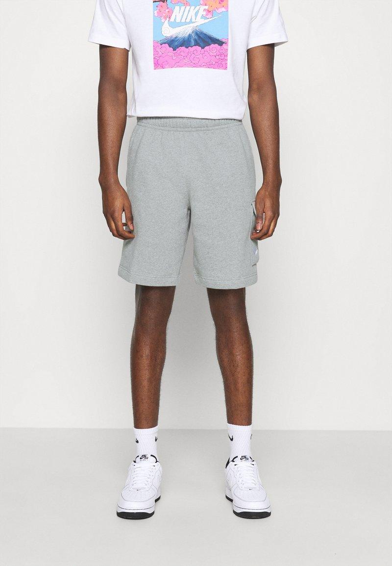 Nike Sportswear - CLUB CARGO - Teplákové kalhoty - dark grey heather