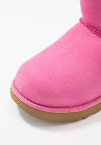 UGG - CLASSIC WEATHER SHORT - Bottes de neige - pink azalea - 5