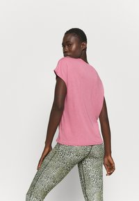 Nike Performance - DRY TIE - Print T-shirt - desert berry/red bronze - 2