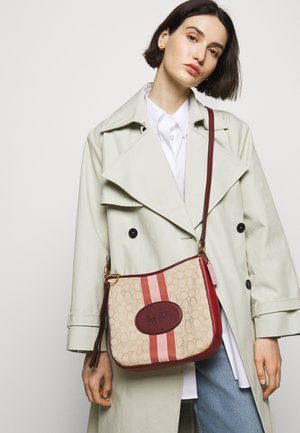 NAW SIGNATURE WITH BRANDING CHAISE CROSSBODY - Taška s příčným popruhem - light khaki/wine