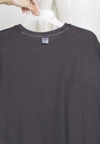 Reebok Classic - CL GP LINEAR VINTAGE TEE - Print T-shirt - black - 3