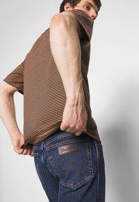 Wrangler - TEXAS - Jeans straight leg - blue denim - 3
