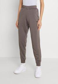 Nike Sportswear - TAPE PANT - Joggebukse - cave stone - 0