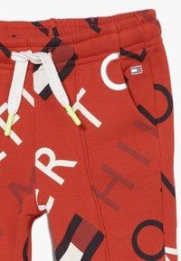 Tommy Hilfiger - SPORTS PRINTED LOGO  - Teplákové kalhoty - red - 3