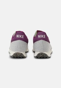 Nike Sportswear - CHALLENGER OG UNISEX - Trainers - white/grey/dark red - 4
