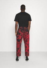 Volcom - STRANGE TIMES PANT - Kalhoty - deep red - 2