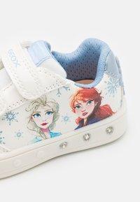 Geox - Disney Frozen Elsa Anna GEOX JUNIOR SKYLIN GIRL - Tenisky - white/sky - 5