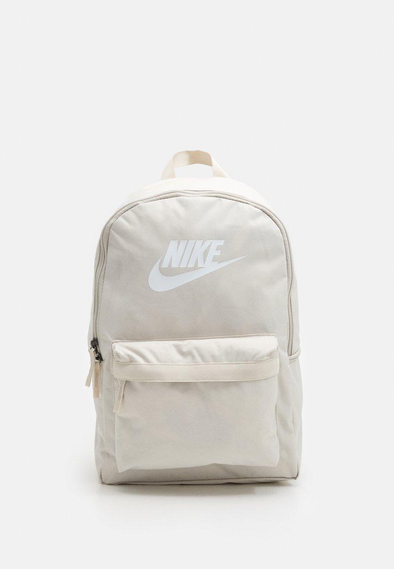 Nike Sportswear - HERITAGE UNISEX - Mochila - light orewood/light orewood/white