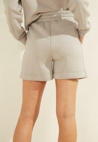Guess - LOGODREIECK - Shorts - grau - 3