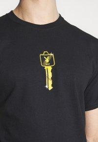 HUF - PLAYBOY CLUB KEY TEE - Print T-shirt - black - 4