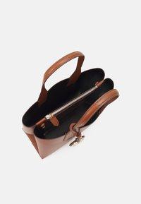 Emporio Armani - FRIDATOTE BAG - Handbag - tabacco/nero - 3