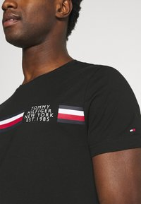 Tommy Hilfiger - CORP SPLIT TEE - T-shirt con stampa - black - 3
