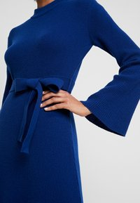 IVY & OAK - MIDI DRESS - Strikket kjole - blue iris - 6