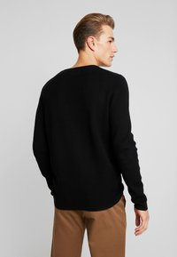TOM TAILOR DENIM - ZIGZAG STRUCTURED CREWNECK - Stickad tröja - black - 2