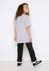 Vans - BY VANS CLASSIC BOYS - T-shirt print - athletic heather/black - 2