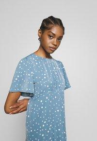 Missguided - FLUTTER MIDI DRESS POLKA - Denní šaty - blue - 3