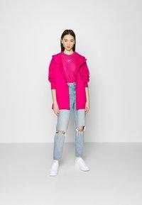 Nike Sportswear - T-shirts med print - fireberry/white - 1