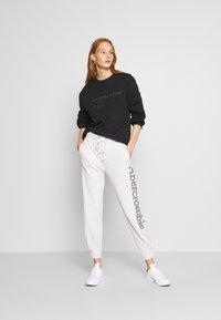 Abercrombie & Fitch - ITALICS SEAMED LOGO CREW - Sweatshirt - black - 1