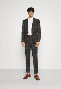 Limehaus - Kostym - brown - 1