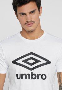 Umbro - LARGE LOGO TEE - Triko spotiskem - white - 3
