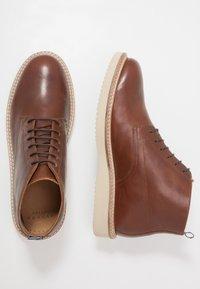 Hudson London - MILLER - Chaussures à lacets - luxor tan - 1