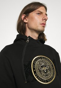 Glorious Gangsta - ZAIAR HOOD - Sweatshirt - jet black/gold - 3