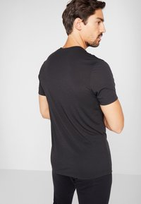 Reebok - SPORT SHORT SLEEVE GRAPHIC TEE - T-shirt imprimé - black/white - 2