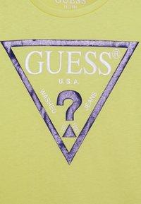 Guess - JUNIOR CORE - T-shirt print - shiny light green - 2