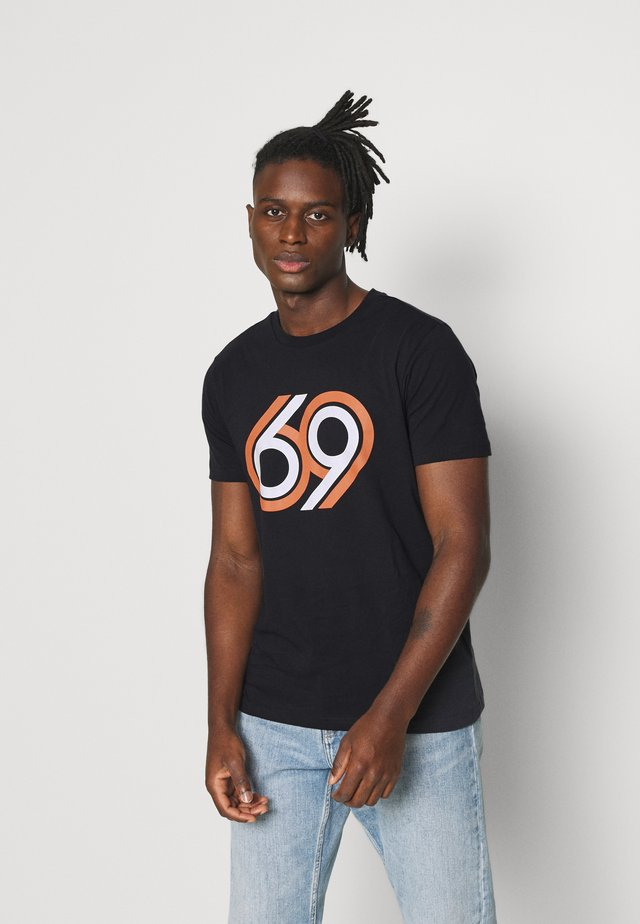 ALDER 69 FRONT PRINT - Print T-shirt - total eclipse
