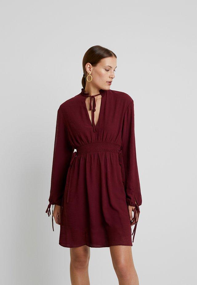 VINTAGE STYLE GATHERED DRESS - Day dress - merlot