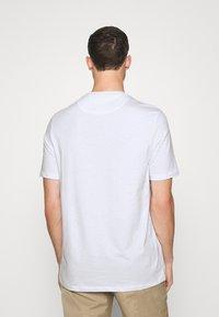 Lyle & Scott - RELAXED POCKET - T-shirt - bas - white - 2
