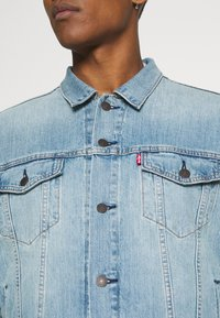 Levi's® - THE TRUCKER JACKET UNISEX - Veste en jean - light indigo/worn in - 3