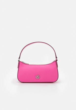 BRYANT WRISTLET POUCH LOGO - Håndveske - bright pink