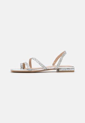 BRENDA - Sandály s odděleným palcem - silver