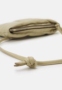 CLOSED - MEL CROSSBODY - Across body bag - green bark - 3