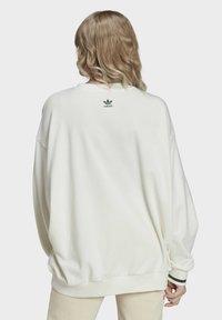 adidas Originals - TENNIS LUXE GRAPHIC SWEATER ORIGINALS PULLOVER - Sweatshirt - off white - 1