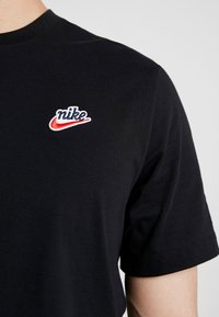 Nike Sportswear - TEE HERITAGE  - T-shirt med print - black - 5