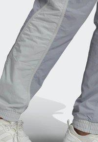 adidas Originals - R.Y.V. V-LINE WOVEN TRACKSUIT BOTTOMS - Träningsbyxor - grey - 4