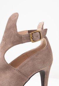Brenda Zaro - DIAN - Højhælede støvletter - lodo - 2