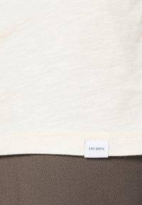 Les Deux - AMALFI  - Print T-shirt - ivory/dark navy - 6