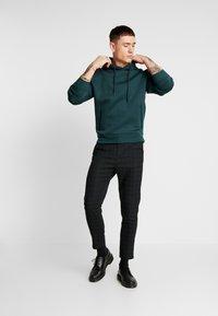 Mennace - SLIM TROUSER BLACKWATCH - Kalhoty - green - 1